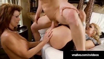 Guy who loves to give her gf a doggy 4