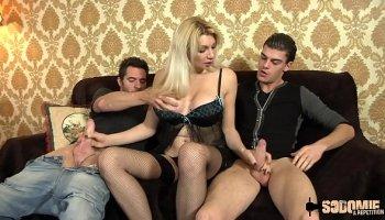 https://www.malayfuck.net/video/4108/stepson-caught-masturbating-by-her-blonde-horny-stepmom/